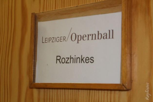 … im Lichtkegel vor dem Vorhang auf der Opernbühne – Rozhinkes